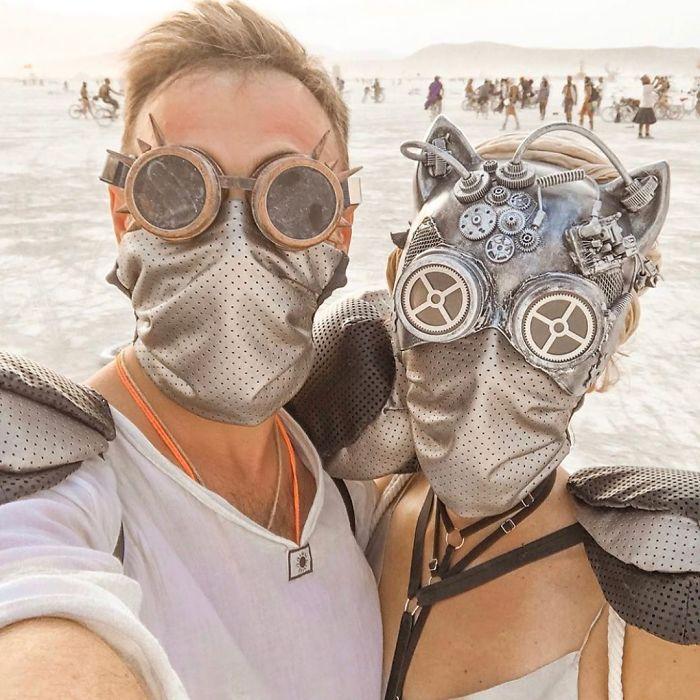 Kobieta i mężczyzna w maskach na twarzy oraz okularach