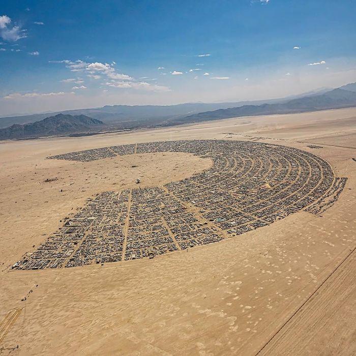 Widok z góry na pustynię, namioty rozłożone w wielkie półkole