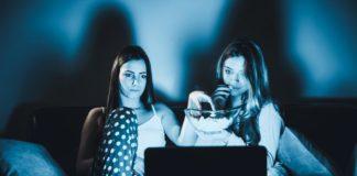 Dwie dziewczyny oglądające telewizję