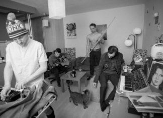 Czterech chłopaków w mieszkaniu