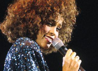 Ciemnoskóra wokalistka śpiewająca do mikrofonu