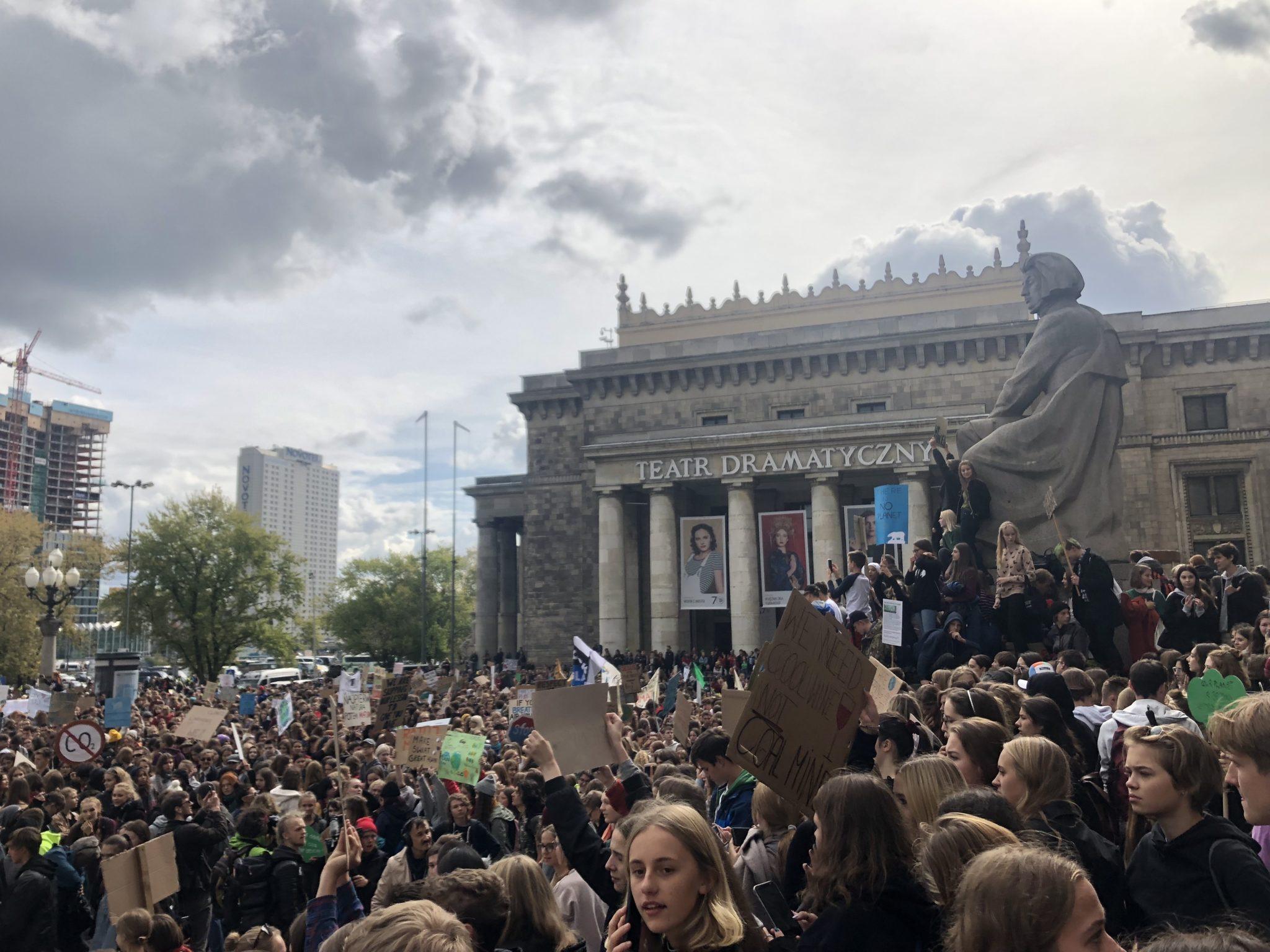 Zdjęcie przedstawia tłumnie zgromadzoną młodzież na Placu Defilad pod koniec protestu