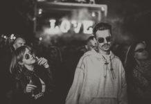 Czarno-białe zdjęcie przedstawiające ludzi bawiących się na imprezie