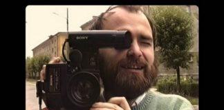 Mężczyzna z kamerą w ręku