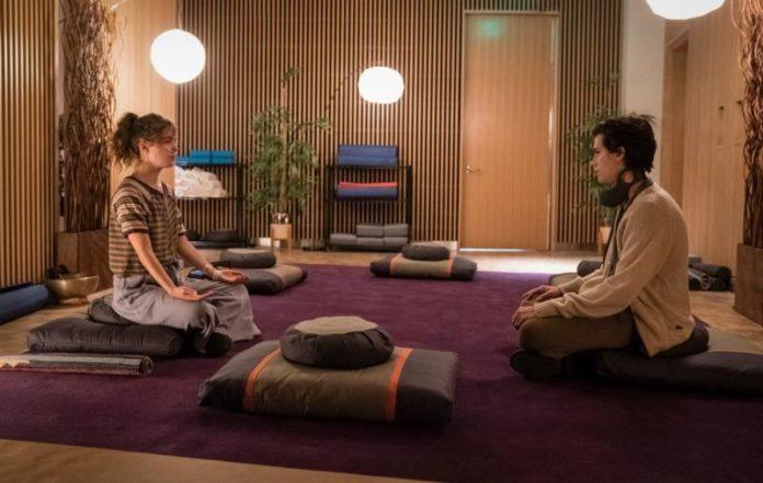 Chłopak i dziewczyna siedzący po turecku na dywanie