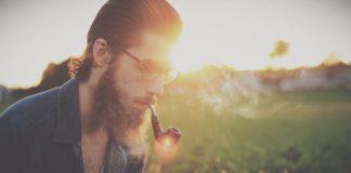 Mężczyzna z fajką w ustach