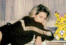Blondwłosa dziewczyna opierająca się o blat i kotek