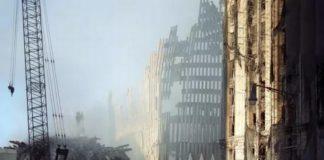 Budynek w gruzach, dookoła dym