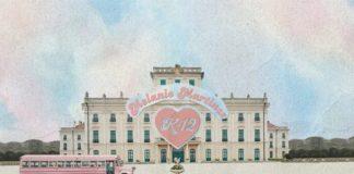 Duży pałac przed którym stoi różowy autobus
