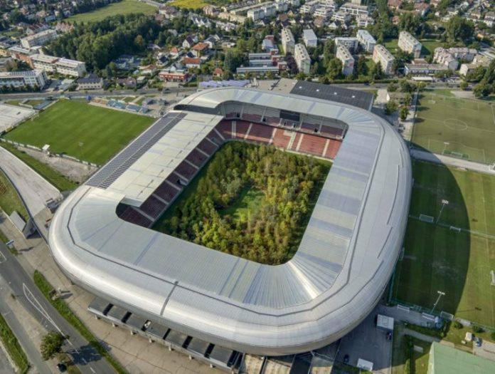 Widok stadionu z lotu ptaka z lasem w środku