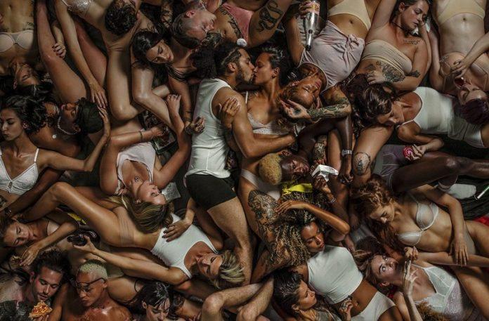Całująca się para na tle leżących ciał