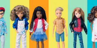 Różne lalki na kolorowym tle