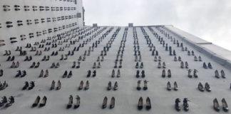 Buty przymocowane do ściany