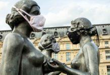 Posągi w maskach antysmogowych