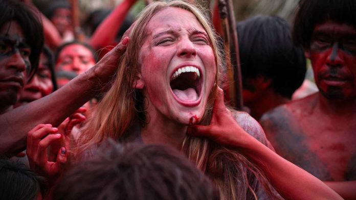 Krzycząca dziewczya otoczona ludźmi