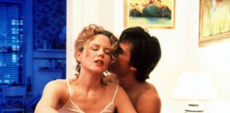 dwoje całujących się ludzi w objęciach