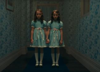 Dwie tak samo ubrane bliżniaczki w korytarzu