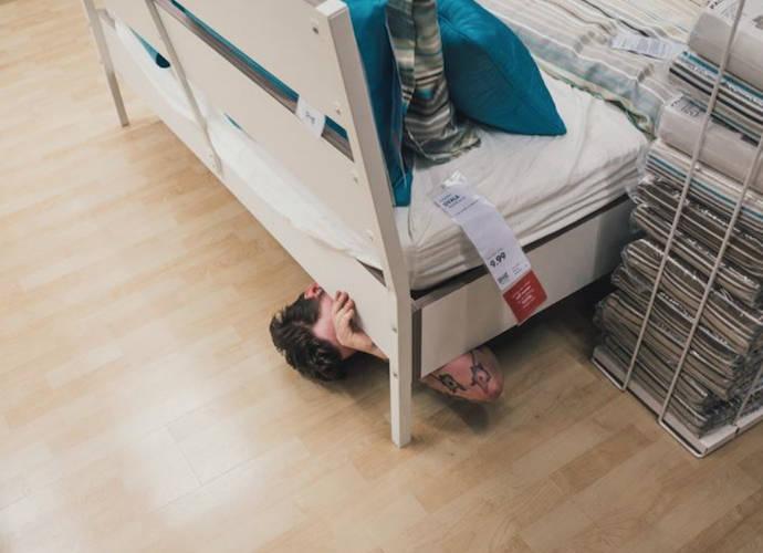 Osoba ukrywająca się pod łóżkiem w sklepie IKEA