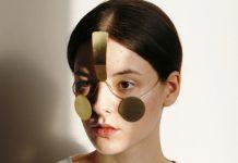 Dziewczyna z minimalistyczną maską na twarzy