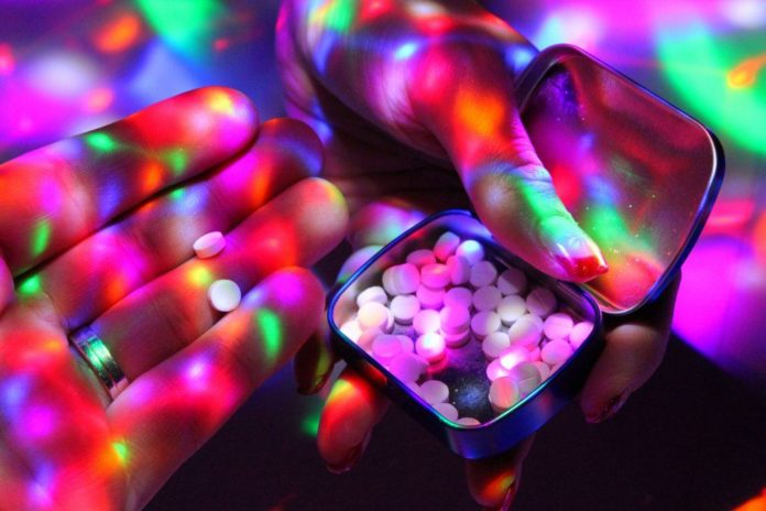 Dłoń trzymająca pudełko w tabletkami
