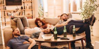 Czwórka ludzi śpiąca na kanapie