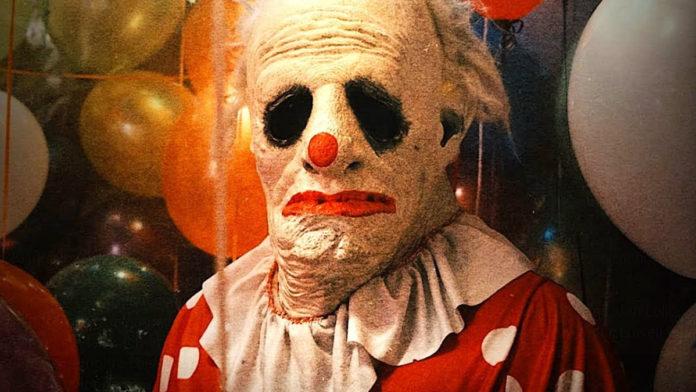 Człowiek stojący w przerażającej masce klauna