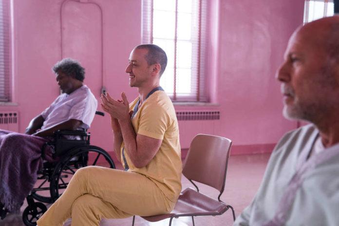 Mężczyzna siedzący na krześle w różowym pokoju
