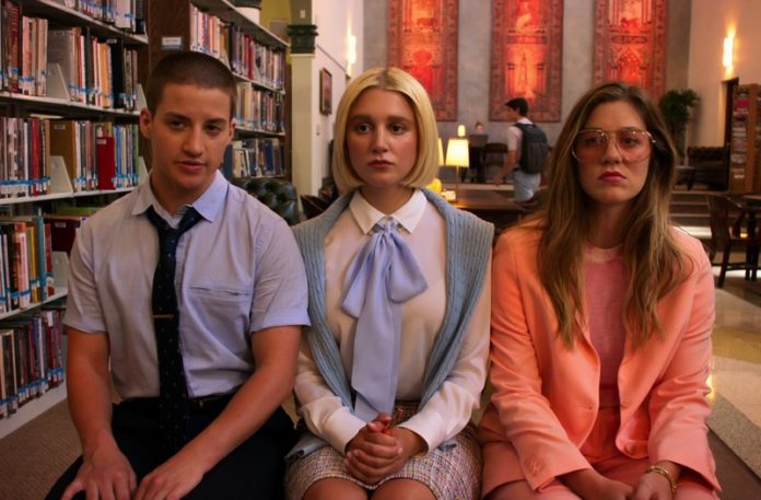 Trzy osoby siedzące na krzesłach