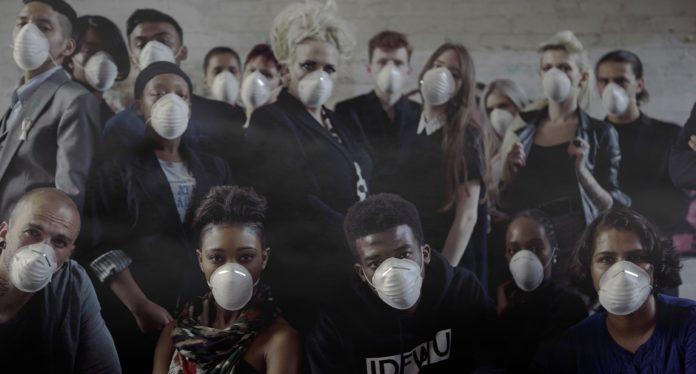 Grurpa ludzi ubrana w maski antysmogowe