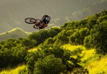 Rowerzysta unoszący się ponad lasem