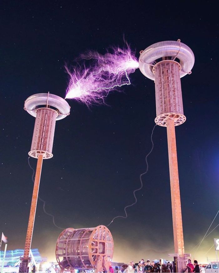 Instalacja na tle ciemnego nieba, przewodzenie prądu pomiędzy dwiema kolumnami