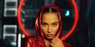 Dziewczyna w czerwonej bluzie z kapturem