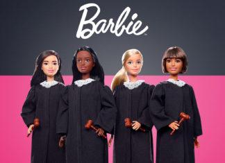 Cztery lalki na różowo-czarnym tle