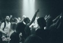 Czarno-białe zdjęcie pokazujące bawiących się ludzi