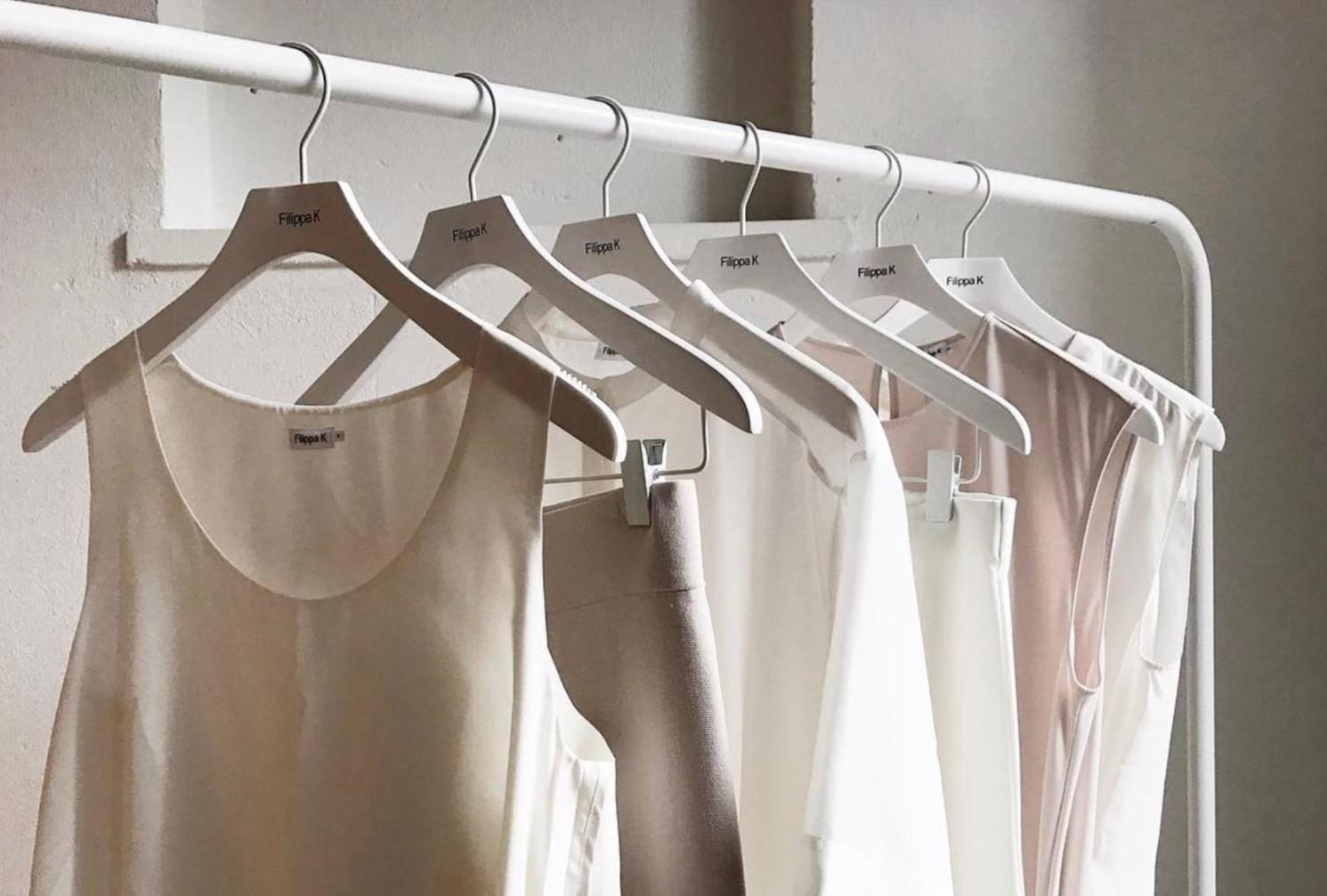 Białe ubrania damskie na wieszaku