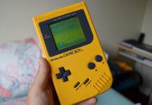 Dłoń trzymająca żółtego GameBoya