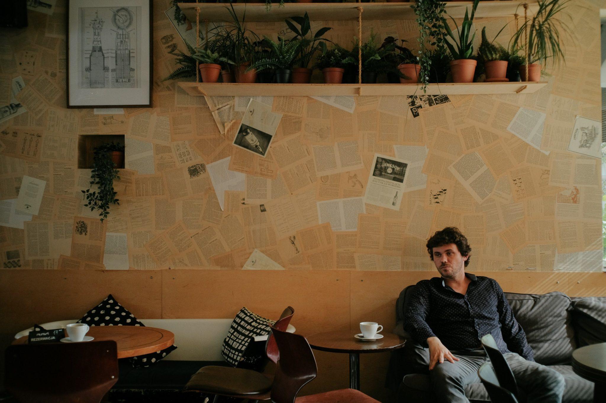 Mężczyza siedzący przy stoliku w kawiarni