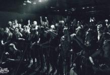 Ludzie bawiący się na koncercie