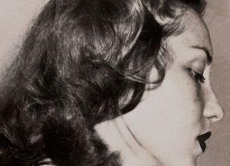 Czarno-białę zdjęcie kobiety profilem