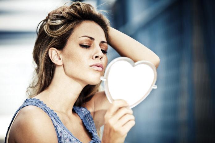 Dziewczyna patrząca w lustrze