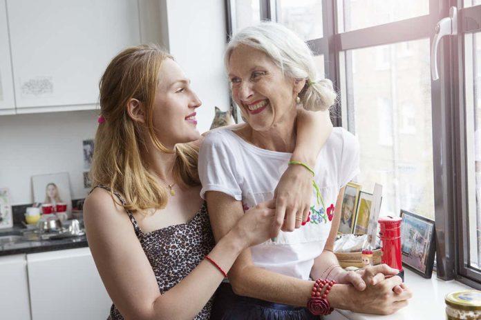 Matka z córką w uścisku