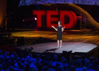 Kobieta stojąca na scenie