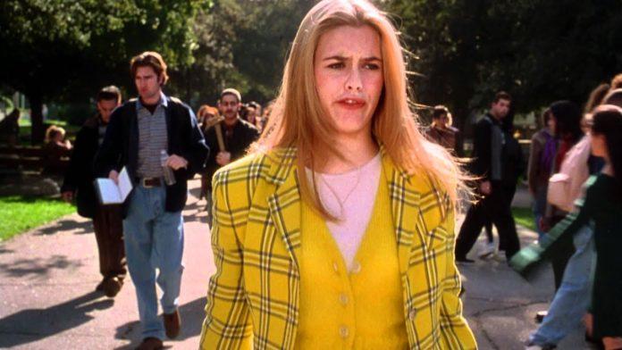 Dziewczyna w żółtej garsonce w kratę