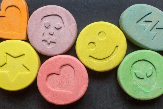 Tabletki o różnych kolorach z minimalistycznymi wzorami na sobie, takimi jak serce czy czaszka
