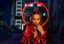 Dziewczyna czerwonej, metalicznej pelerynie z czerwoną aureolą