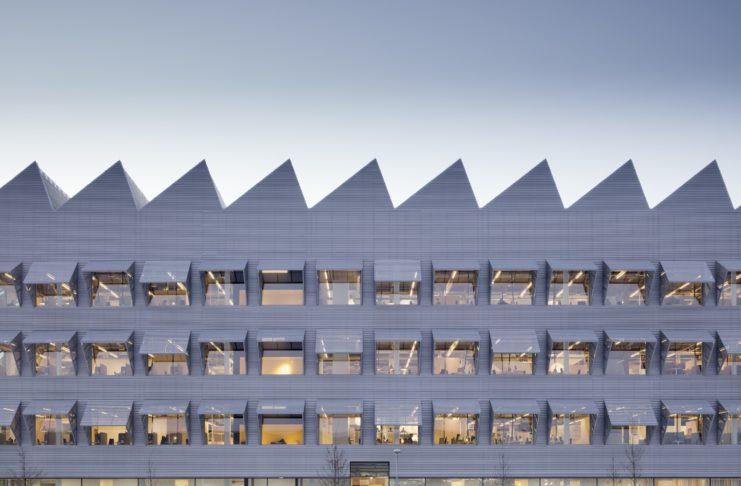 Symetryczny budynek wielopiętowy