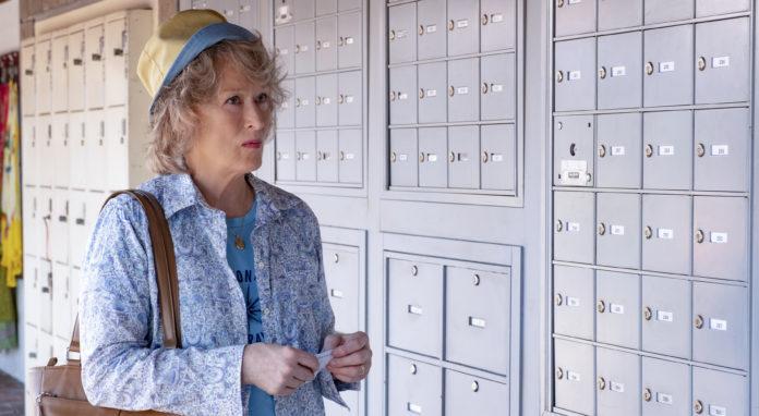 Kobieta stojąca przy ścianie w szafkami