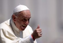 """Zdjęcie przedstawia papieża franciszka, uśmiechniętego, pokazującego """"kciuk w górę"""""""