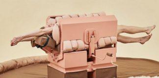 Kobieta leżąca w różowo-brązowej maszynie, służącej do przytulania