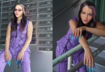 Dwa zdjęcia przedstawiające tę samą kobietę w fioletowym ubraniu, długich niebieskich paznokciach